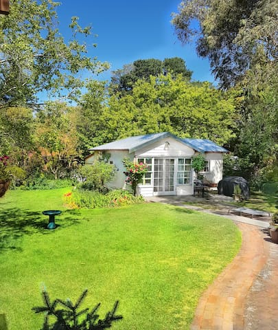 "Cosy Garden Cottage ""Fintry Cottage"" in Bowral"
