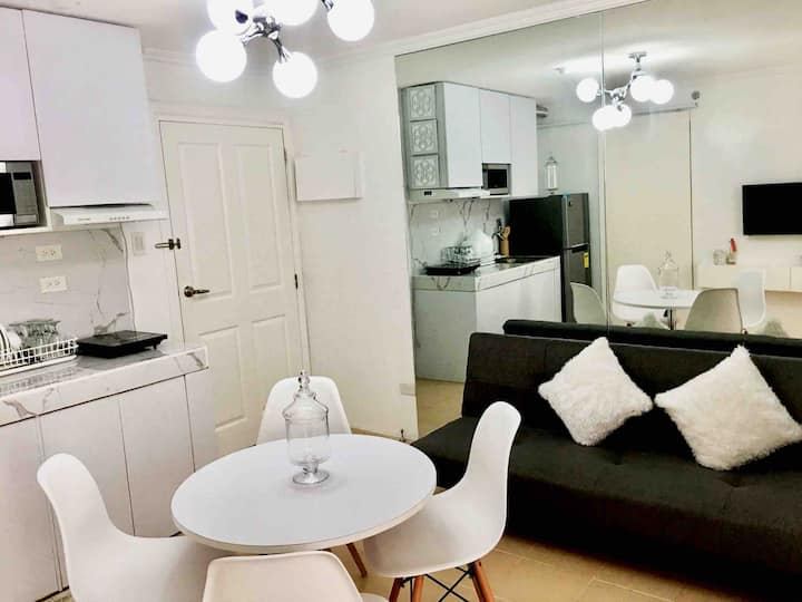 White Charm 2 BR sanctuary in the City of Love