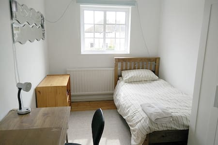 Lovely village nr Cambridge room for 1 or 2 guests - Rumah