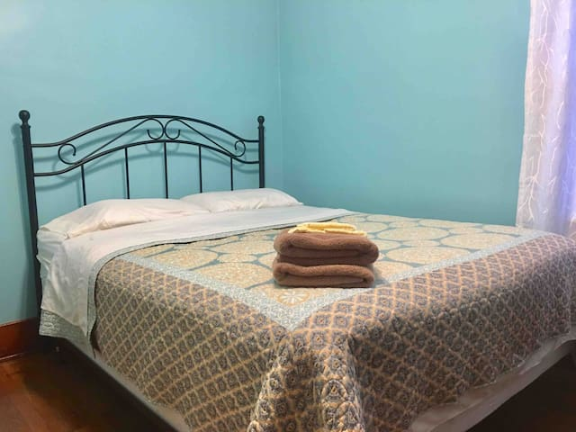 Spacious Room in a Safe Home Close to Downtown