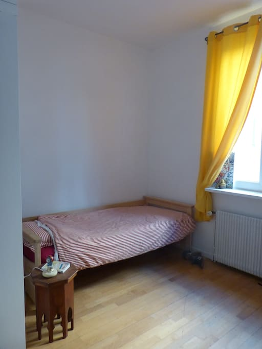 chambre avec placards et bureau