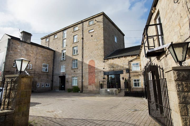 Spacious Studio In This Amazing Converted Mill - Leeds - Apartment
