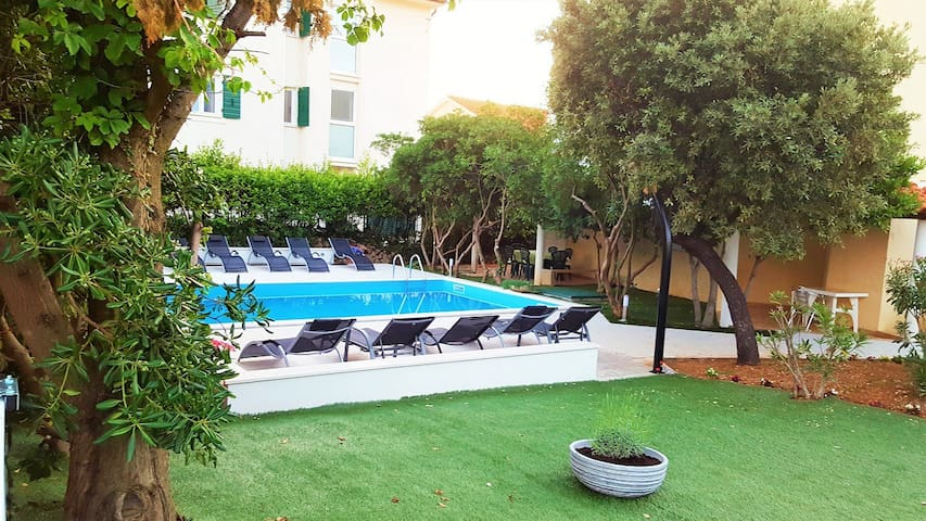 Cozy apartments with swimming pool - Novalja - Appartement