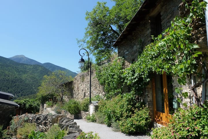 Pyrenees rock house, spectacular views, garden