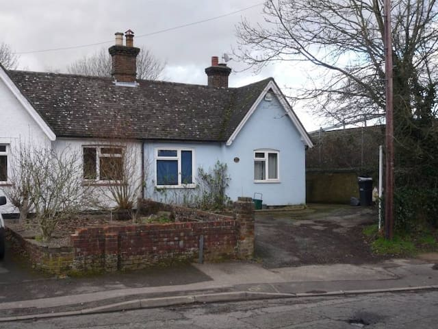 Double room in a shared bungalow - Horley