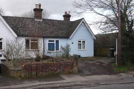 Double room in a shared bungalow - Horley - House