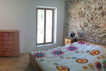 Room in quiet village. - Cazedarnes - Casa