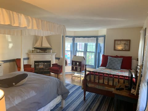 Extra Large Suite 5, 2 Beds, Close to Aquarium!
