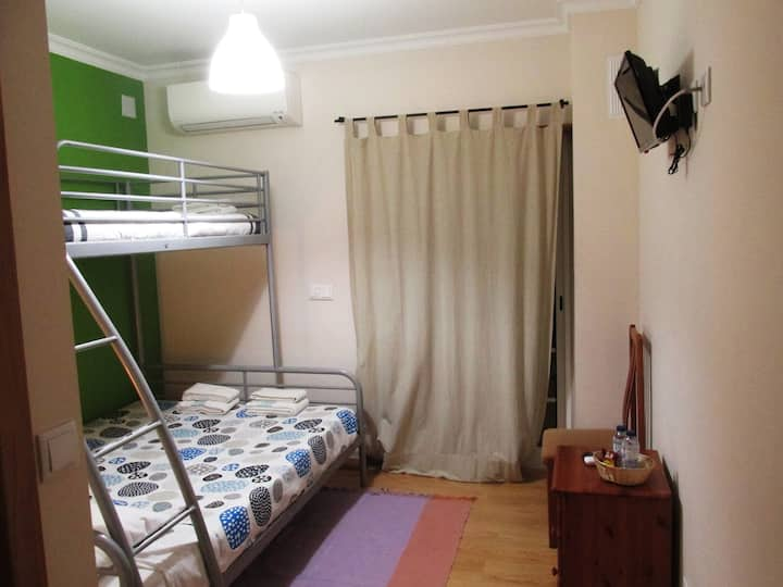Quarto duplo familiar com A/C e TV, wc partilhado