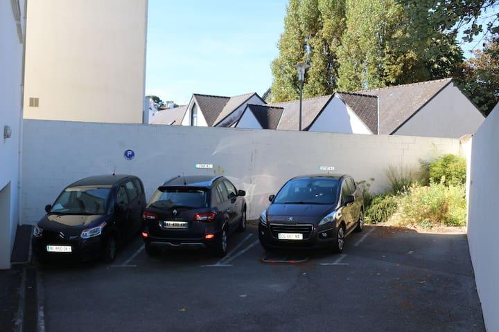 Le parking à l'intérieur de la résidence
