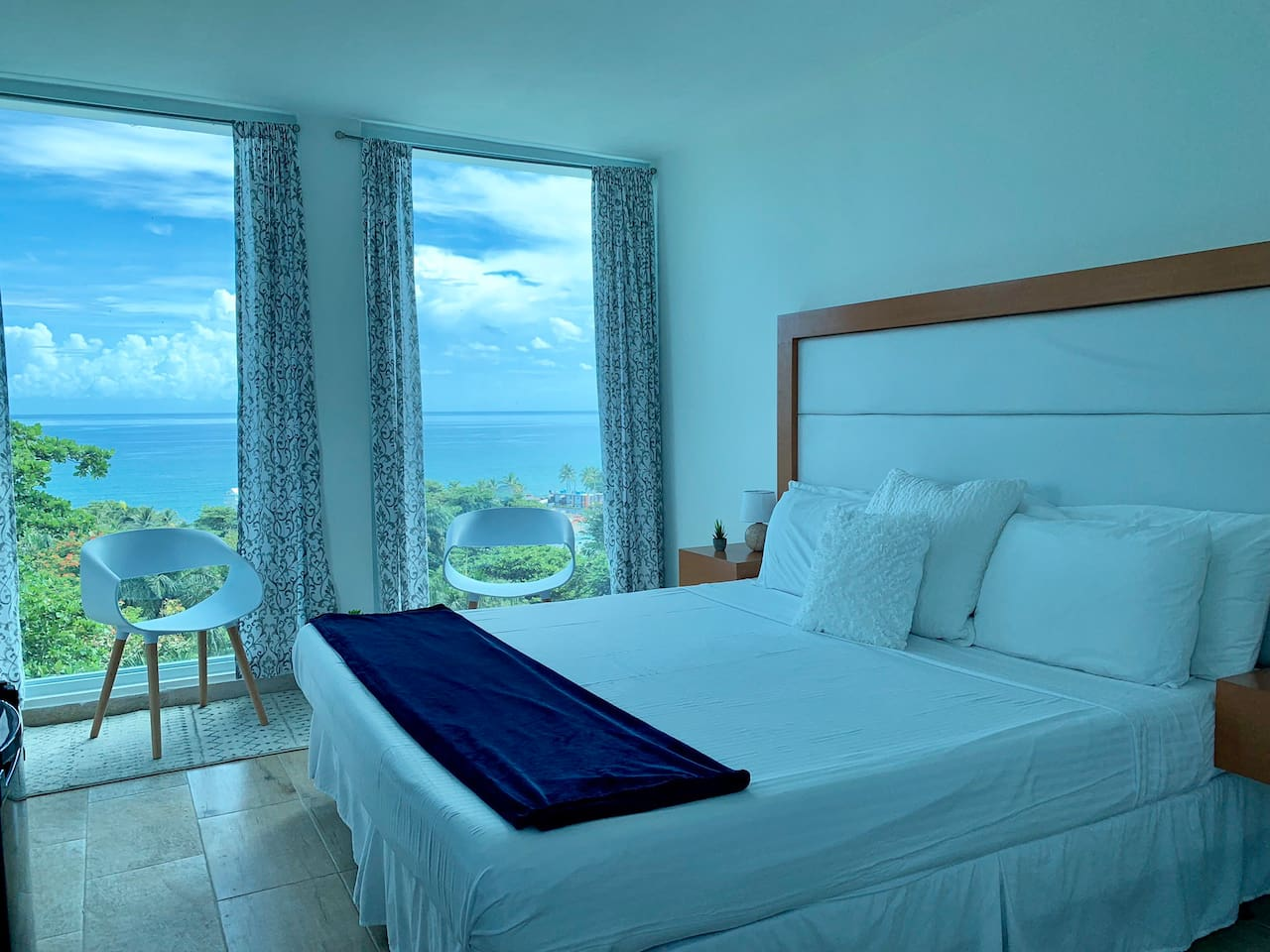 Beautiful Ocean View Room with King sized bed