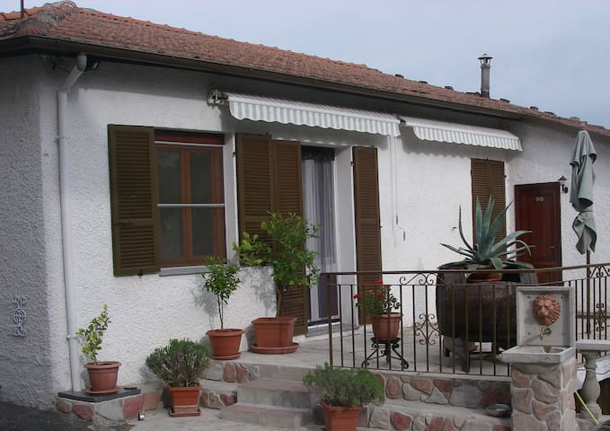 Cozy 2 bdrm house - upto 5 people - Terzo - Casa