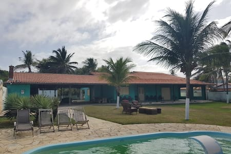 Casa na Beira da Praia com amplo gramado e piscina