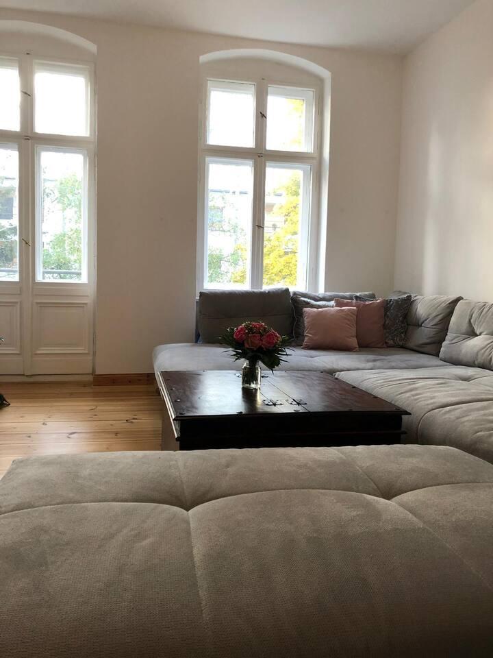 Großes gemütliches helles Wohnzimmer mit Liegelandschaft