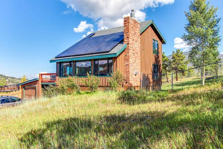 Dog-friendly mountain cabin w/ spacious deck, mountain views & fenced yard!