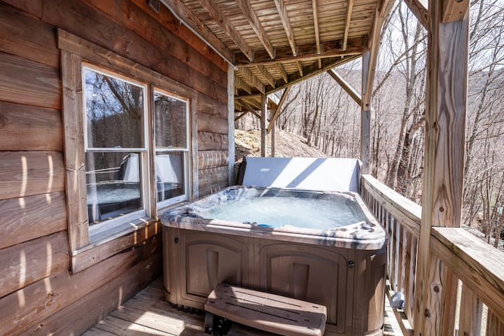 4BR Log Cabin, Mountain Views, King Suite with Jetted Tub, Game Tables, Hot Tub!