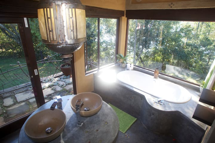 Bathrooms have magnificent views-Giant Kingfisher suite