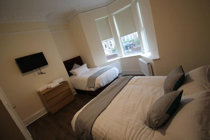 NEWCASTLE CITY APARTMENT ALL EN-SUITE 1-13 GUESTS