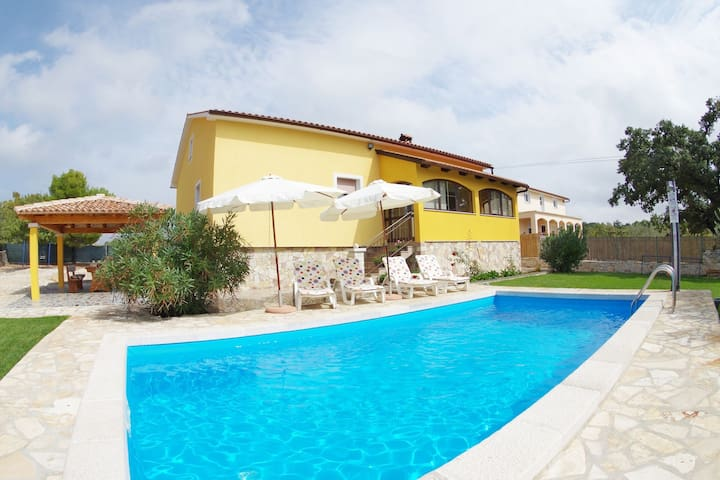 Quiet villa with private pool, large garden and playground