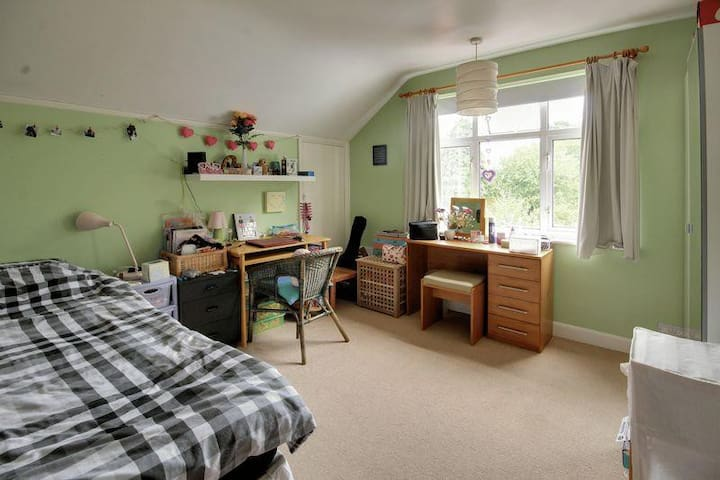 Shirley: lovely light room with beautiful outlook - Croydon - Casa
