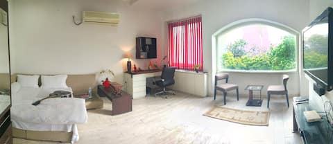 Studio Room-Kitchenette/TV/Bath/Wifi/opp Park