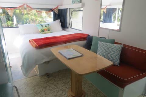 Gorgeously glam retro caravan - free WIFI