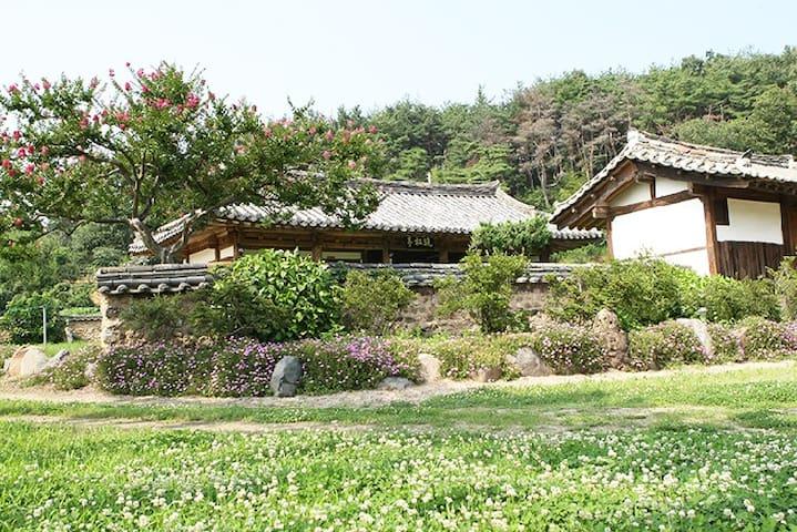 "GyeonJu traditional Han-Ok ""만송정고택(본채)"" since1926"