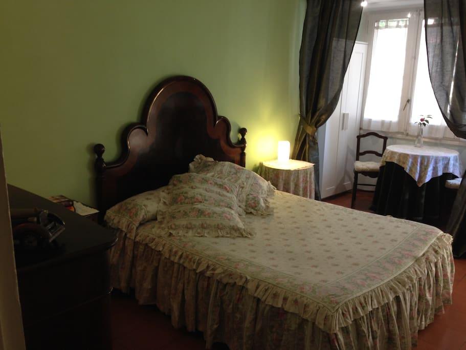 Glorieta con mesa y dos sillas para preparar comodamente el itinerario del dia siguiente