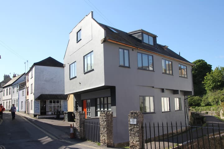 Large, funky seaside family home 2 mins to beach - Lyme Regis - House