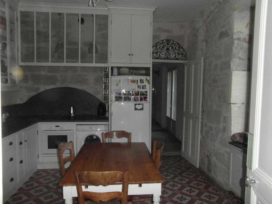 La cuisine .... assez mal éclairé. Je vais refaire une photo