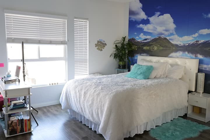 Beautiful, Comfortable Bedroom Close to Airport