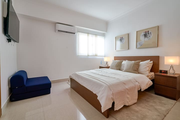 """Fantastic Bedroom, 1 Queen, Sofa Bed, Private Bathroom, 50"""" Smart TV, A/C"""