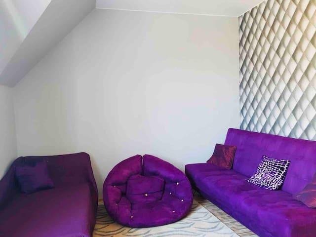 Prywatny pokój w domu w spokojnej okolicy.