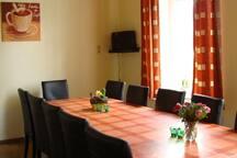 Esszimmer im EG mit einer Tischreihe bei einer Belegung bis 14 Personen