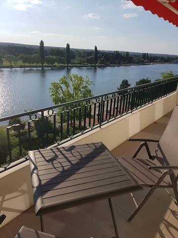Studio agréable avec vue sur le lac d'allier.