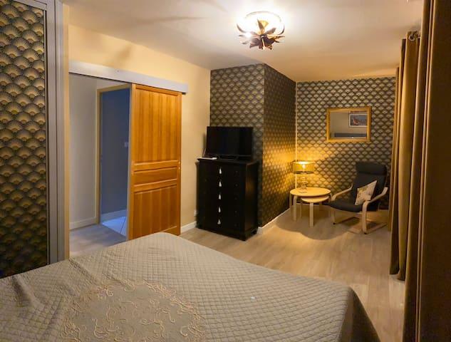 Soit deux lits 80 avec coffre soit un grand lit 160x200. Pièce 17 m2