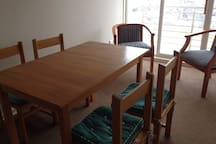 El living cuenta con un comedor con 4 sillas y dos sitiales muy comodos