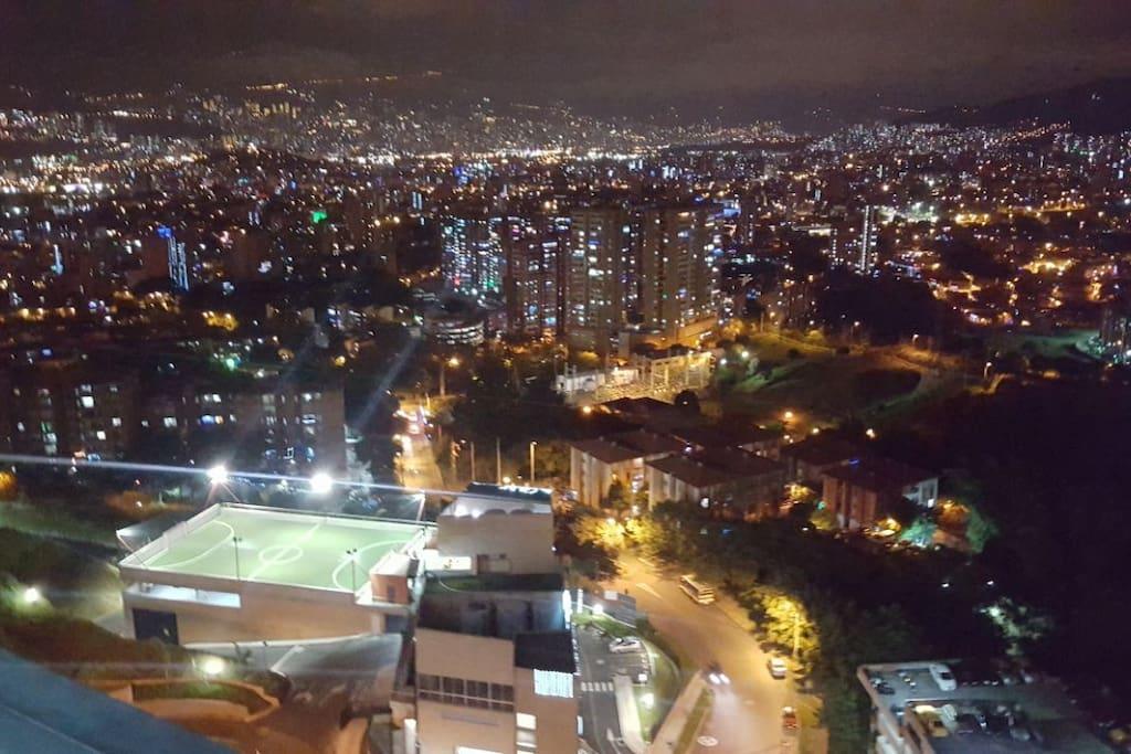 Vista a la ciudad desde el balcón del apartamento.