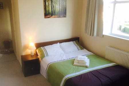 A Modern Double Bedroom - Leeds - Hus
