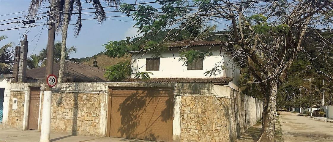 Casa tranquila no Guarujá 700 metros da praia - Guarujá - House