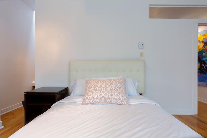 Bedroom $1 (Queen bed)