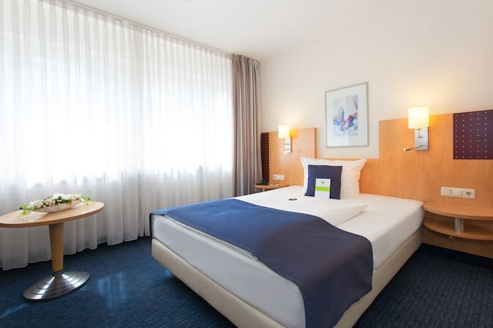 room with queensize bed in the city center