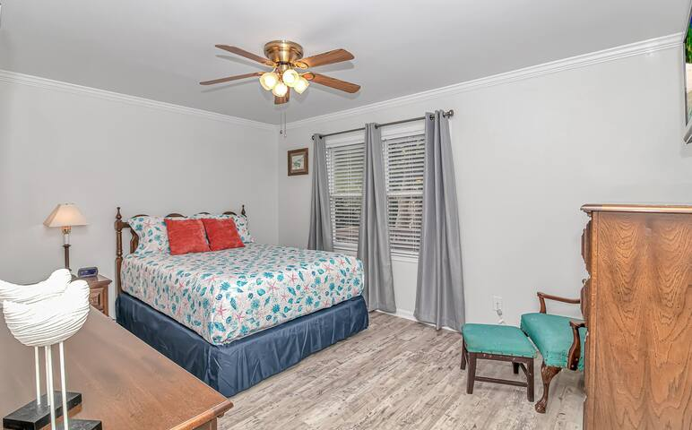 Master Bedroom with Queen Bed located on the 1st Floor