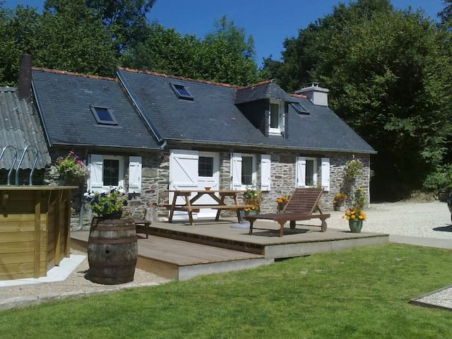 Petite, 1 bedroomed cottage - Châteauneuf-du-Faou - Dom