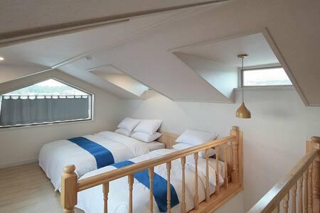 2층 침실(에이스 최고급 침대 & 헝가리 구스 침구)
