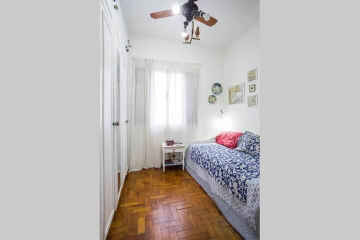 O ideal é uma pessoa, mas é possível receber alguém (ver o custo de hospede extra) para um curto periodo. Tem uma cama extra qdo necessário. A porta tipo camarão tem um tranca com cadeado.