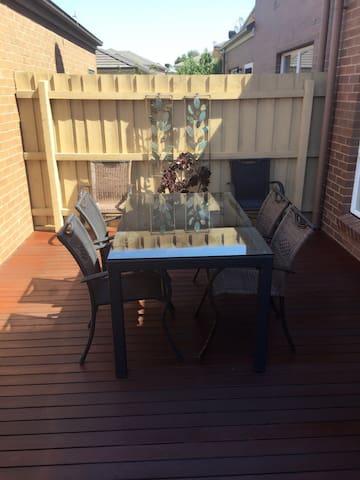 你可以静静地坐在后院看书、喝茶