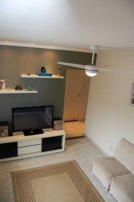 Sala com estante, rack, tv new plasma 42, som, sofás.