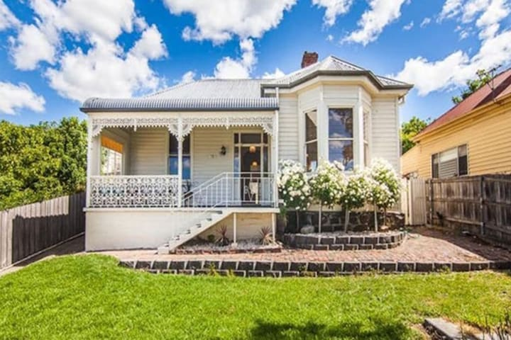 Campbell Cottage- Charm & Convenience near the CBD