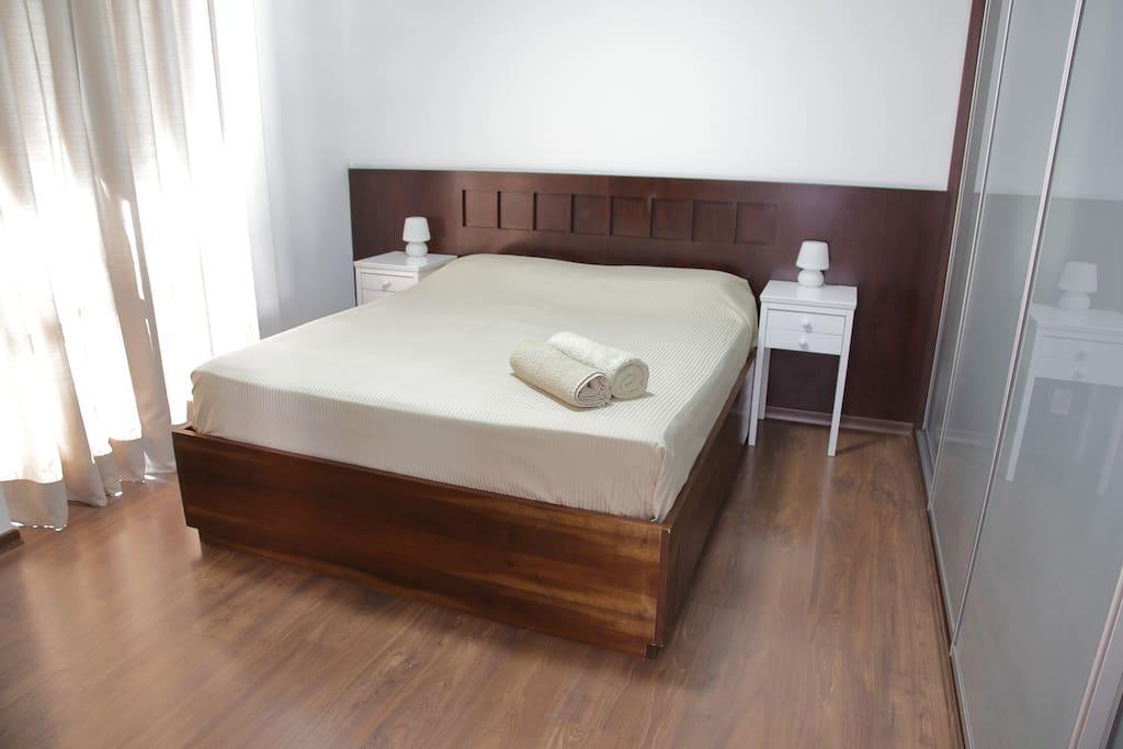 Cama king-size, ar-condicionado digital, armários